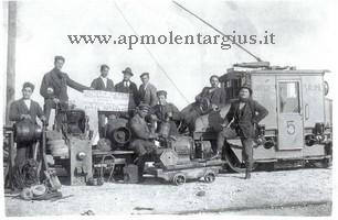 Foto con locomotore dei salinieri di Cagliari